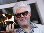 Grosse Ehre für Pedro Almodóvar: Der spanische Filmemacher wurde an den Filmfestspielen in Venedig mit dem Goldenen Löwen für sein Lebenswerk ausgezeichnet. (Bild: Keystone/EPA/CLAUDIO ONORATI)
