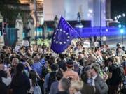 Empörte Briten protestieren vor dem Parlament in London gegen die Zwangspause für das britische Parlament und den Brexit. (Foto: Vudi Xhymshiti/AP) (Bild: KEYSTONE/AP/VUDI XHYMSHITI)