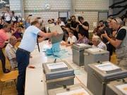 Um diesen Urnengang geht es: Im Juni 2017 entschieden sich Moutiers Stimmbürger knapp für einen Wechsel zum Kanton Jura. (Bild: KEYSTONE/JEAN-CHRISTOPHE BOTT)