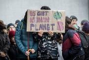 """Das """"Klimablatt"""" will die Klimafakten von der Strasse in die Briefkästen bringen: Hier eine Demonstration in Frauenfeld. (Bild: Andrea Stalder (15.3.2019)"""