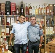 Alfonso Sarnelli (l.) und Daniel Winteler in der neuen «Enoteca Vino e Arte». (Bild: Alexa Maier)
