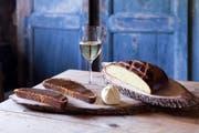 Zum Apéro gibt es an der Chilbi im Freiburgischen traditionell ein Stück Safranbrot, bestrichen mit würzigem Senf. Bild: swiss-image.ch/Elise Heuberger