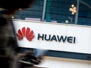 Die USA ziehen die Daumenschrauben gegen den chinesischen Konzern Huawei laut einem Zeitungsbericht weiter an. (Bild: KEYSTONE/AP/ANDY WONG)
