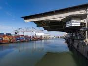 Die Konkurrenz kämpft weiter gegen das geplante neue Hafenterminal in Basel. Das Bild zeigt das heutige Containerterminal, das an seine Kapazitätsgrenzen stösst. (Bild: KEYSTONE/GEORGIOS KEFALAS)