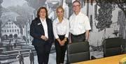 Elfi Rhomberg, Elida Qafleshi und Bankleiter Reto Zellweger (von links) zeigten voller Freude die neu gestalteten Räume. (Bild: Ulrike Huber)