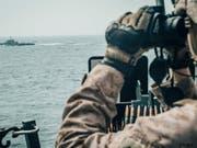 Ein US-Soldat beobachtet ein iranisches Schiff in der Strasse von Hormus. (Foto: US MARINE CORPS/STAFF SGT. DONALD HOLBERT via EPA Keystone) (Bild: KEYSTONE/EPA /US MARINE CORPS/STAFF SGT. DONALD HOLBERT)