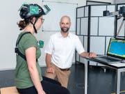 Sensoren messen die Kopfhaltung und -bewegungen und übertragen sie an den Computer. Physiotherapie-Übungen steuern dann ein Computerspiel. (Bild: ZHAW / Patrick Cipriani)