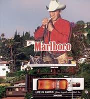 Damals schien es noch, als könnte nichts und niemand der Tabakindustrie schaden: eine Marlborowerbung in Los Angeles aus dem Jahr 1997. (Bild: Gilles Mingasson/Getty)