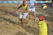 Beachevent 2012 in Rorschach, Final Männer: Sascha Heyer (links) und Sébastian Chevallier spielen in den gelben Shirts. (Bild: Coralie Wenger)