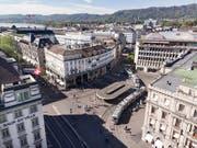 Das Herz des Schweizer Finanzplatzes, der Zürcher Paradeplatz (Archivbild). (Bild: KEYSTONE/GAETAN BALLY)