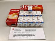 Ein Schmuggler versuchte am vergangenen Samstag, am Grenzübergang Oberriet Potenzpillen in zwei Guetzlischachteln in die Schweiz einzuführen. Zöllner lüfteten das Geheimnis und zogen die Pillen ein. (Bild: EZV)