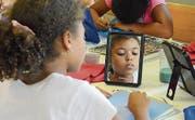 Eine Schülerin arbeitet an einem Selbstporträt. Bild: Mathias Frei