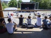 Kilmafestival auf der Hardturmbrache in Zürich: Besucherinnen und Besucher schauen bei einem Konzern zu. (Bild: KEYSTONE/MELANIE DUCHENE)
