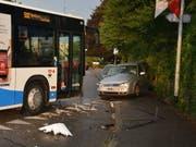 Am Freitagabend ist in Dulliken SO ein Auto in einen Linienbus geprallt. Drei Personen wurden beim Unfall verletzt. (Bild: Kantonspolizei Solothurn)