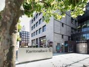 Die Aargauischen Kantonalbank (AKB) soll unverändert bestehen bleiben. Das will der Regierungsrat. Er lehnt eine Teilprivatisierung oder die Abschaffung der Staatsgarantie ab. (Bild: KEYSTONE/GAETAN BALLY)