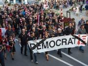Mehrere tausend Separatisten haben am Freitagabend in Moutier gegen das Gerichtsurteil zur Moutier-Abstimmung protestiert. Der Kanton Bern habe die «Demokratie begraben», erklärten sie. (Bild: Keystone/JEAN-CHRISTOPHE BOTT)
