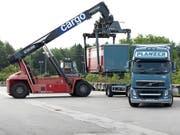 Das Güterverkehrsunternehmen SBB Cargo und vier private Strassentransportunternehmen - darunter Planzer - gehen eine Kooperation ein. (Bild: KEYSTONE/GAETAN BALLY)