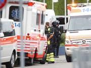 Krankenwagen und Polizeiautos stehen beim Albisriederplatz in Zürich im Einsatz. Es wurden zwei Tote gefunden. (Bild: KEYSTONE/SIGGI BUCHER)