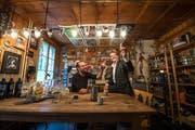 Fabian «Hefe» Christen (links) und Hannes Blatter in der Küche des Gasthauses Grünenwald. (Bild Dominik Wunderli)