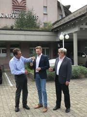 Peter di Gallo übergibt am Mittwoch die Schlüssel des «Kapplerhofs» an Martin Paurevic, im Beisein von Werner Fleischmann (von links). (Bild: PD)