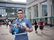 Anas Modamani zeigt auf dem Alexanderplatz in Berlin das Selfie, das er mit Angela Merkel geschossen hat. Das Bild hat sein Leben verändert. Wie, sagt viel über die europäische Flüchtlingspolitik aus. (Bild: Gregor Zielke)