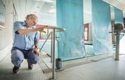 AZP-Leiter Bernhard Liepelt im Therapiebad, das Abnützungserscheinung zeigt. (Bild: Andrea Stalder)