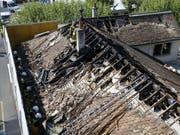 Der Dachstock des Museums in Carouge wurde von den Flammen zerstört. (Bild: KEYSTONE/SALVATORE DI NOLFI)