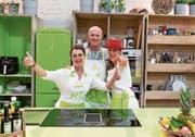 Die Küche ist das Element der Familie: Brigitte (von links), Joe und Jasmin Feierabend. (Bild: PD)