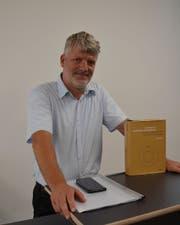 Der Stanser Stefan Tobler mit seinem Werk zum Bankgeheimnis. (Bild: Franziska Herger, Stans, 29. August 2019)