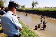 Die Kunstwerke wurden im Rhein- Rhone-Kanal versenkt – wohl von Breitwiesers Mutter und seiner Freundin. Dieser Schlag traf den Dieb noch viel empfindlicher als die Verhaftung. Bild: Unter den Augen der Polizei werden die versenkten Gegenstände aus dem Wasser gefischt. (Bild AP)
