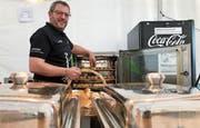 Patrick Züger in seiner mobilen Küche am Sunset-Filmfestival in Wil. Vergleichbar wird auch an der Zuzwiler Gewerbeausstellung Z19 gekocht. (Bild: Andrea Häusler)