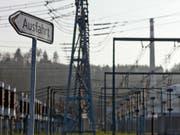 Ein Ausfahrt-Schild auf dem Gelände des Kernkraftwerks Mühleberg mit Symbolgehalt: am 20. Dezember wird die Anlage definitiv abgeschaltet. (Bild: KEYSTONE/MARTIN RUETSCHI)