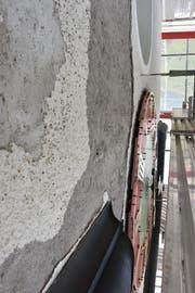 Die Fassade wies wie hier neben der Turmuhr massive Beschädigungen auf, welche nun beseitigt wurden. (Bild: PD)