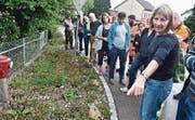 Regula Wendel (vorne) gibt wertvolle Tipps in der naturnahen Bewirtschaftung von Grünflächen. Bild: Thomas Güntert