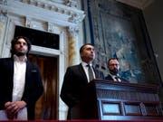 Fünf-Sterne-Leader Luigi Di Maio (Mitte) verschärfte nach dem Treffen mit dem designierten Premier Giuseppe Conte den Ton gegenüber dem möglichen neuen Koalitionspartner, dem Partito Democratico. (Bild: KEYSTONE/AP ANSA/ANGELO CARCONI)