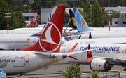 Dutzende von geerdeten Boeing 737 MAX-Flugzeugen drängen sich auf einem Parkplatz neben dem Boeing Field in Seattle. (Bild: Elaine Thompson/AP, 27. Juni 2019)