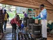 Hygienemassnahmen sollen gegen die Verbreitung von Ebola helfen. (Bild: KEYSTONE/AP/RONALD KABUUBI)