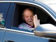 Der spanische Altkönig Juan Carlos hat am Samstag eine Woche nach seiner Herz-Operation das Spital verlassen. (Bild: KEYSTONE/EPA EFE/DAVID FERNANDEZ)