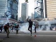 Trotz eines Demonstrationsverbots und der Absage einer Grossdemonstration haben am Samstag tausende Menschen in Hongkong demonstriert. (Bild: KEYSTONE/EPA/JEON HEON-KYUN)