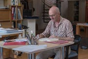 Wenn Paul Steinmann in einer Arbeit nicht weiterkommt, geht er an den nächsten Schreibtisch, liest etwas, vertieft sich in ein anderes Thema. (Bild: Lisa Jenny)