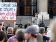 In der ungarischen Hauptstadt Budapest sind am Samstag zahlreiche Personen auf die Strasse gegangen, um gegen die Bildungspolitik des Landes zu protestieren. (Bild: KEYSTONE/EPA MTI/ZSOLT SZIGETVARY)