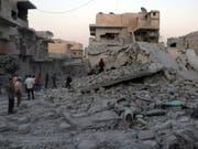 In Syriens letztem grossen Rebellengebiet um die Stadt Idlib ist am Samstag eine von der Regierung ausgerufene einseitige Waffenruhe in Kraft getreten. Seit dem Morgen gab es nach Angaben der syrischen Beobachtungsstelle für Menschenrechte keine Luftangriffe. (Bild: KEYSTONE/AP Syrian Civil Defense White Helmets)