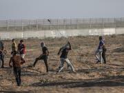 Bei erneuten Konfrontationen an Israels Grenze zum Gazastreifen ist ein Palästinenser getötet worden. Der junge Mann sei am Samstag im Krankenhaus an den Verletzungen gestorben, die er am Vortag östlich von Chan Junis erlitten habe. (Bild: KEYSTONE/EPA/MOHAMMED SABER)