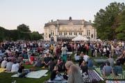 Klein-Woodstock vor der Tonhalle: Lange vor der Ouvertüre machte es sich das Publikum schon auf der Wiese gemütlich. Bilder: Hanspeter Schiess