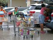 In den USA bereiten sich die Menschen am Freitag (Ortszeit) mit Hamsterkäufen auf die Ankunft von Hurrikan «Dorian» vor. (Bild: KEYSTONE/AP Miami Herald/CHARLES TRAINOR JR)