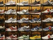 Als Folge des Handelskrieges zwischen China und den USA wird der Preis für Laufschuhe aus China in den USA deutlich steigen. 70 Prozent der in den USA verkauften Schuhe stammen aus China. (Bild: KEYSTONE/AP/RICK BOWMER)