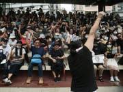 Die Demonstranten im Sportstadion in Hongkong singen Slogangs gegen die Regierung. (Bild: Keystone/AP/JAE C. HONG)
