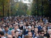 Hunderte demonstrieren in Moskau für freie Wahlen. Kreml-Chef Putin könnte bald am Ende sein mit seiner «gelenkten Demokratie» und müsste sich etwas einfallen lassen, um an der Macht zu bleiben. (Bild: KEYSTONE/EPA/SERGEI ILNITSKY)