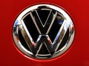 Der Volkswagen-Konzern hat sich mit klagenden Fahrzeugbesitzern und der US-Umweltbehörde EPA auf eine Lösung im Streit um angebliche Falschangaben zum Benzinverbrauch von Autos geeinigt. (Bild: KEYSTONE/AP/GENE J. PUSKAR)