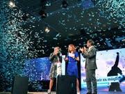 Mit Konfettiregen stimmte die FDP Schweiz in Aarau die Parteibasis auf die nationalen Wahlen ein: Bundesrätin Karin Keller-Sutter, Parteipräsidentin Petra Gössi und Bundesrat Ignazio Cassis (von links nach rechts). (Bild: KEYSTONE/WALTER BIERI)